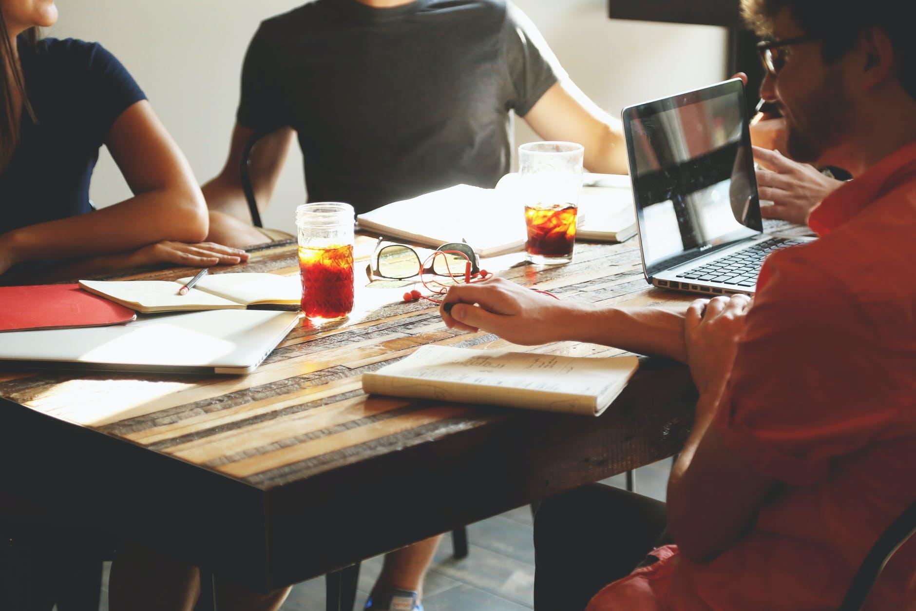 រូបភាពនេះមិនមាន alt attribute; ឈ្មោះដើមរបស់ហ្វាល់នេះគឺ people-coffee-tea-meeting.jpg